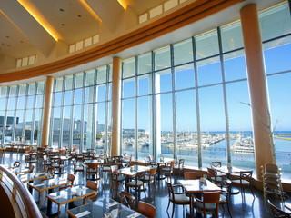 グランドパーク小樽 美しい海を一望できる開放的なシーサイドレストラン