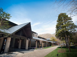 しこつ湖鶴雅リゾートスパ 水の謌 千歳駅から車で30分。千歳空港から車で40分に位置。