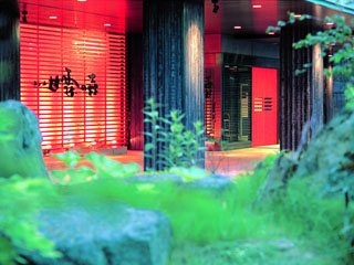 ニセコ昆布温泉ホテル甘露の森 ニセコの森に抱かれた温泉郷。鮮やかな赤の扉が印象的