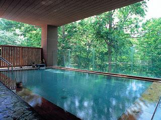 ニセコ昆布温泉ホテル甘露の森 四季折々の景色に癒やされる森の天空露天風呂