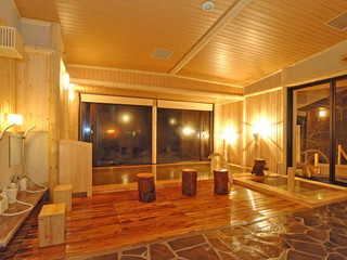 ラビスタ大雪山 大浴場には内風呂+露天風呂。貸切風呂3種(予約制ではない。洗い場なし)も楽しめます