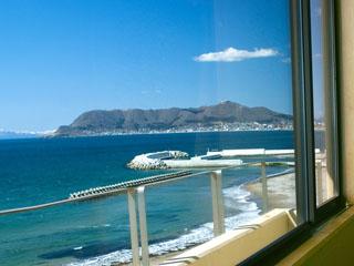 割烹旅館若松 客室からの眺め。津軽海峡と函館山・函館の街が望めます