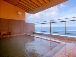 割烹旅館若松 露天風呂。海を一望でき、潮風が心地よく吹いてきます