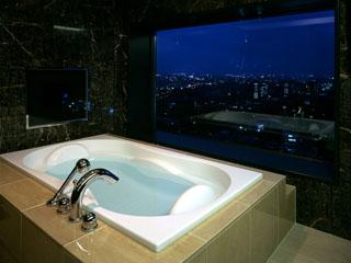 札幌の夜景を一望できる客室最上階のビューバススイート