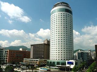 札幌プリンスホテル 地上107m、円筒状の白いタワー