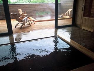 三余庵 大浴場(檜風呂)~世界的にも珍しい植物性モール温泉。琥珀色の湯は肌に優しい
