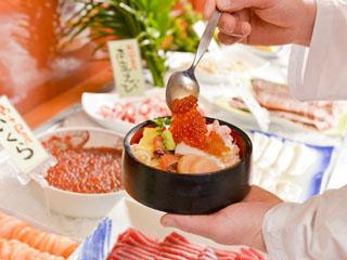 キキ知床 NATURAL RESORT(旧:知床プリンスホテル風なみ季) バイキングの勝手丼では海の幸をたっぷり盛りつけて下さい
