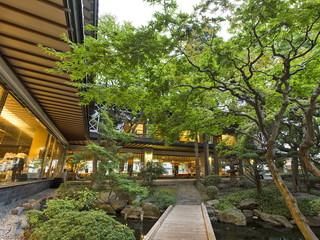 函館湯の川温泉 湯元 啄木亭 地上11階のスケールでそびえ建つ和造りの宿「啄木亭」