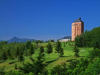 """富良野リゾートオリカ 輝く""""丘の上の邸宅""""で過ごす最高の休日を富良野の風と戯れ森を歩き、自分らしい笑顔になれるように。"""