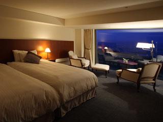 富良野リゾートオリカ 美しい風景を望む大きな窓があるスタンダードルーム