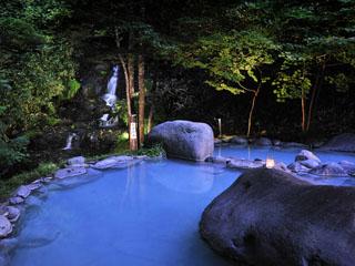 星野リゾート 奥入瀬渓流ホテル 目の前の滝を望みながら湯あみを楽しめる森の露天風呂「八重九重の湯」は宿泊者限定