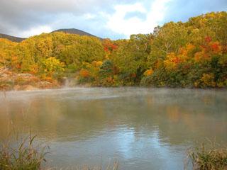 酸ケ湯温泉旅館 噴火口にお湯がたまってできた沼。歩いて10分ほどで到着