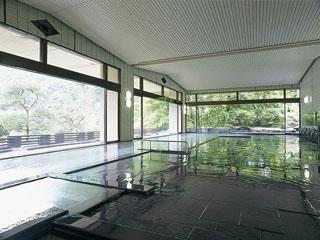 花巻温泉 ホテル紅葉館 180度窓に囲まれた開放感ある大浴場。ご宿泊のお客様は夜通しご利用いただけます