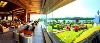 ホテル紫苑 ロビーからバラ園やチャペルを望む