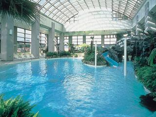 ホテル瑞鳳 全天候型温水ドームプール。宿泊者は無料で利用できる