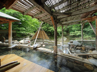 ゆづくしSalon一の坊 広瀬川源流露天風呂は、深さ130cmの「立ち湯」など5種類の温泉が楽しめる