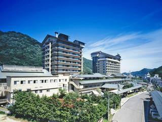 ホテル華の湯 けやきが群生する山と清流五百川。自然豊かな環境にある