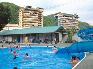 ホテル華の湯 夏にはウォータースライダー付き25m屋外プールで楽しめる