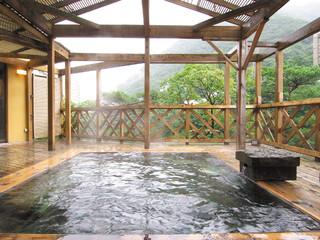 ほてる白河湯の蔵 渓谷を眼下に望む大浴場と露天風呂。他に貸切露天風呂(料金別途・電話予約不可)も