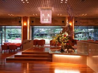 鬼怒川グランドホテル夢の季 四季折々の庭園を映す池泉式日本庭園を眺めるロビー
