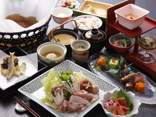 鬼怒川パークホテルズ 月見亭でのお食事のイメージ。地鶏鍋や揚げ立て天婦羅など一番人気プランです