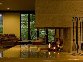 鬼怒川温泉ホテル ロビーには暖炉を設置、優しい温かさと炎の揺らぎに癒される