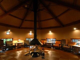 つつじ亭 暖炉の炎と和みの調べにひたれる木組みの談話室