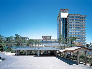 ホテル櫻井 草津温泉中央高台に位置し、和風情緒に満ちた四季折々の景色が楽しめる施設、広々とした大浴場・露天風呂も好評です。