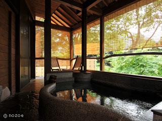 蛍雪の宿 尚文 嬉しい露天風呂付客室。天然温泉の石造り露天風呂。