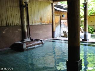 源泉湯の宿松乃井 大浴場の内湯と貸切風呂、客室の露天風呂は加水、加温せずにpH8.7のアルカリ性単純温泉を源泉かけ流しで提供。