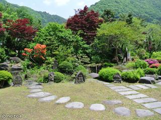 源泉湯の宿松乃井 3万坪の広大な敷地には、日本庭園が広がり、落ち着いた趣きで迎えてくれる。