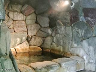 水上館 群馬・鬼石町で有名な三波石を使用した「洞窟風呂」。