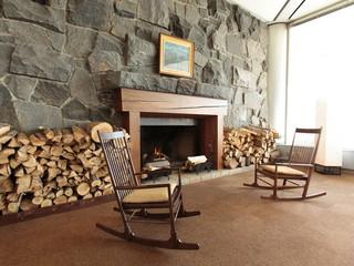水上高原ホテル200 ホテルロビー横の暖炉に暖かい火が灯ります(冬期のみ)