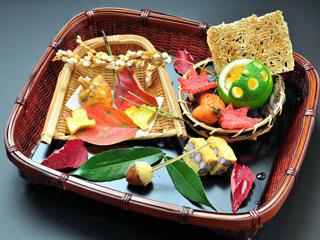 別亭 やえ野 水上の四季を彩る日替わりの懐石料理。旬の地物や地場野菜を盛り込んだ逸品ぞろい