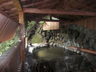 囲炉裏の御宿 花敷の湯 源頼朝の岩風呂と呼ばれております貸し切り専用露天風呂です