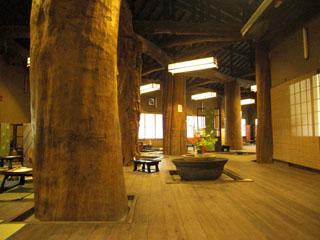 囲炉裏の御宿 花敷の湯 樹齢1000年とも言われております、囲炉裏の庵です