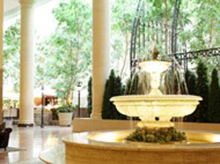 オリエンタルホテル 東京ベイ 太陽光がさしこみ、ナチュラルな開放感あるロビー