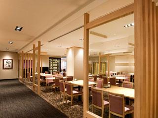 オリエンタルホテル 東京ベイ 白木を基調とした和モダンな店内の日本料理美浜。日本の四季を堪能できます