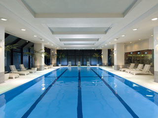 ヒルトン東京ベイ フィットネスセンターでは、最新のトレーニングマシンやプールを完備