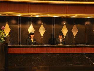 ホテルニューオータニ幕張 笑顔でフロントスタッフがお出迎え