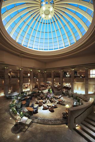 浦安ブライトンホテル東京ベイ 吹き抜けの天井が開放的なアトリウムロビー