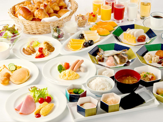 アトリウムに位置するレストランでは朝食から夜食までビュッフェを中心にご用意