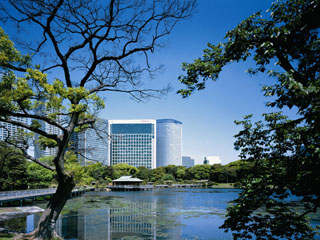 コンラッド東京 銀座へ徒歩圏内に位置し、緑豊かな浜離宮恩賜庭園や東京ウォーターフロントを一望できる絶好の立地。