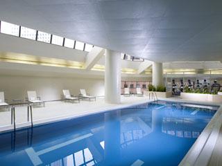 ヒルトン東京 日の光が差し込むプールは、宿泊者なら誰でも無料で利用することができる