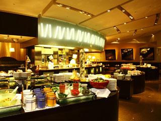 京王プラザホテル ライブキッチンと常時70種を超える料理が楽しめるスーパーブッフェ・グラスコート