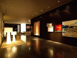 三井ガーデンホテル銀座プレミア 美術館を想起させるアート作品の並んだエレベータ前