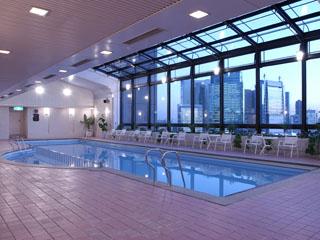 帝国ホテル ご宿泊のお客様専用プール。自然光が入る開放的な空間でリフレッシュをして頂けます