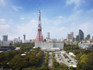 東京プリンスホテル 芝公園の緑に囲まれ、東京タワーを背にたたずむホテル