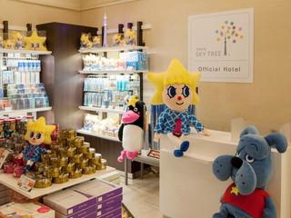 東武ホテルレバント東京 1階ロビーのホテルショップでは東京スカイツリー(R)のグッズ等を販売