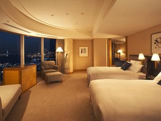 横浜ベイホテル東急 「グランドコーナースイート」パノラマビューのベッドルームは贅沢な空間